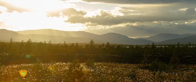 Pôr do sol nas montanhas de khibiny, península de kola, rússia