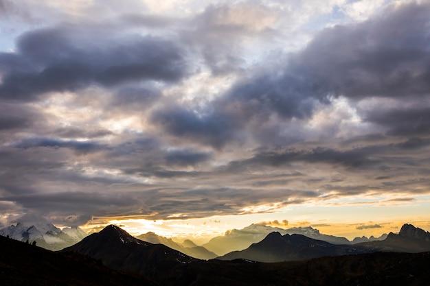 Pôr do sol nas montanhas dolomitas, alpes, norte da itália. europa