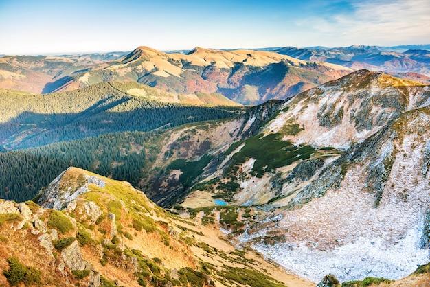 Pôr do sol nas montanhas. paisagem com colinas, céu e nuvens