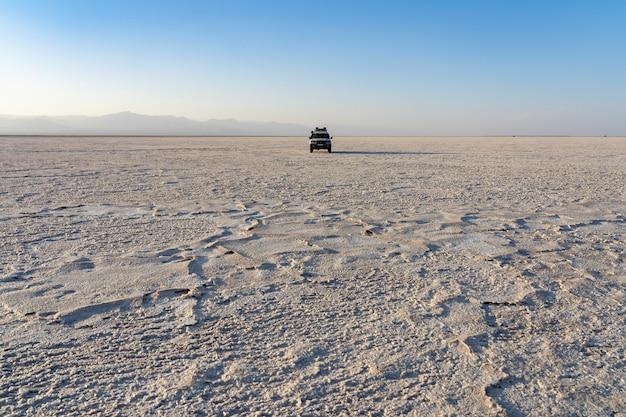 Pôr do sol nas planícies de sal do lago asale na depressão danakil na etiópia, áfrica