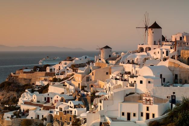 Pôr do sol no arquipélago de santorini, na cidade de oia.