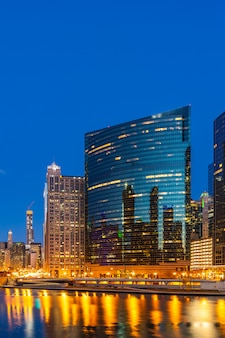Pôr do sol no centro da noite de chicago