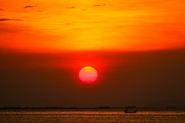 Pôr do sol no céu volta suave noite nuvem sobre o mar do horizonte
