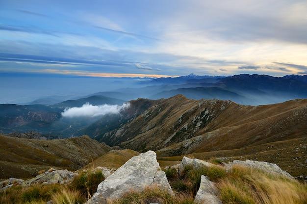 Pôr do sol no cloudscape colorido alpes