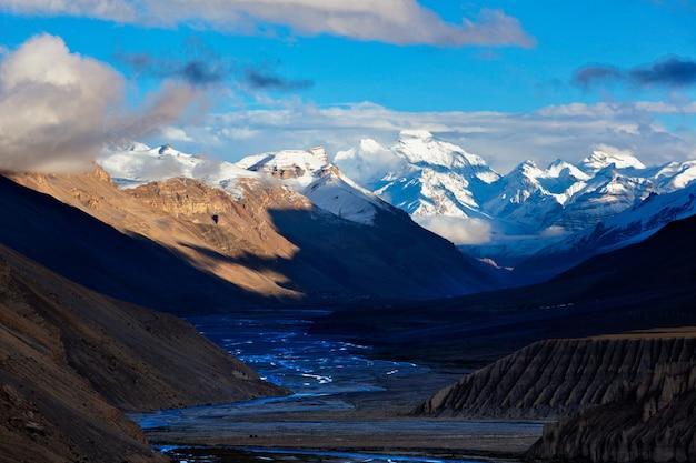 Pôr do sol no himalaia. spiti valley