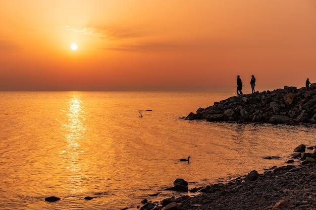 Pôr do sol no horizonte do mar