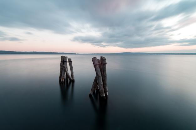 Pôr do sol no lago bracciano, na itália, longa exposição