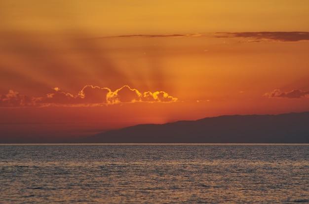 Pôr do sol no lago issyk-kul. quirguistão, ásia central