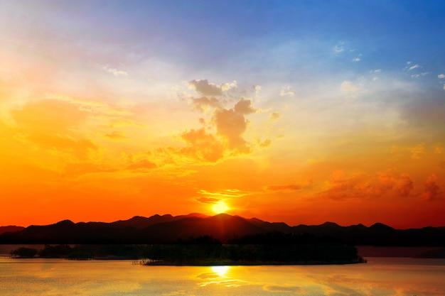 Pôr do sol no lago, represa de kaeng krachan na silhueta