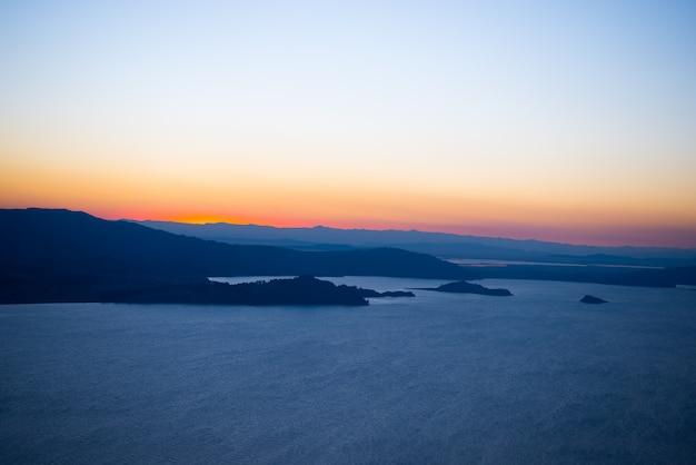 Pôr do sol no lago titicaca da ilha de amantani, peru