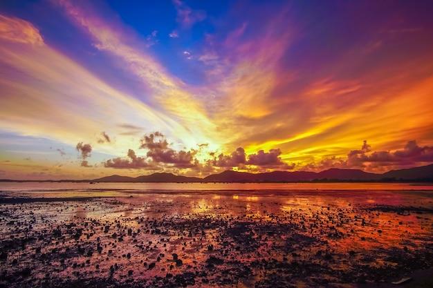 Pôr do sol no mar, céu vermelho e nuvem