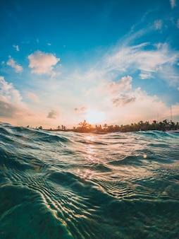 Pôr do sol no mar do caribe