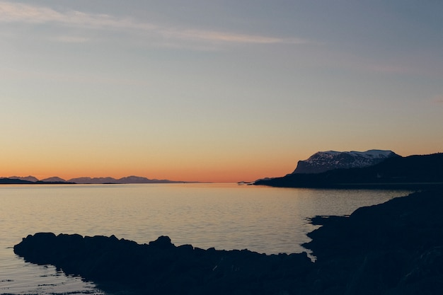 Pôr do sol no mar do norte norueguês, sol da meia-noite