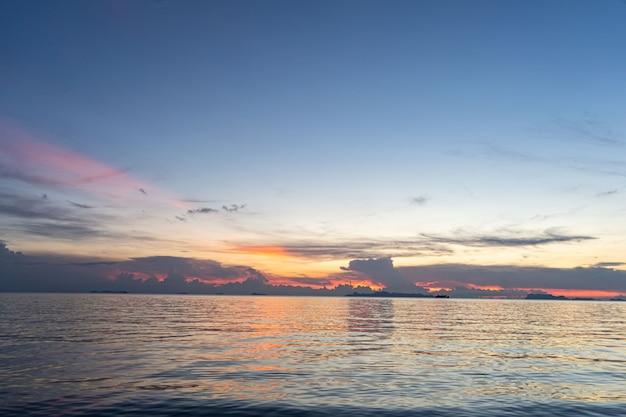 Pôr do sol no mar em koh samui belas nuvens ao pôr do sol