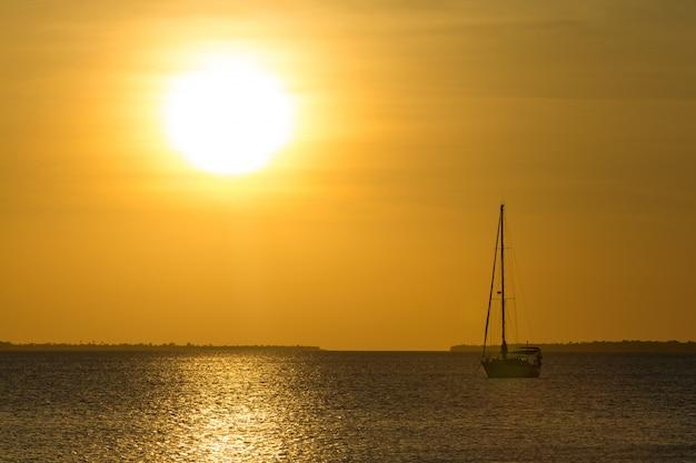 Pôr do sol no mar em zanzibar