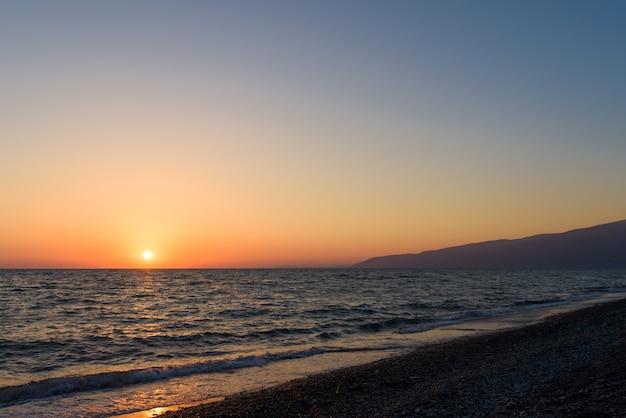 Pôr do sol no mar na abkhazia