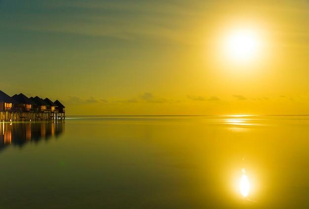 Pôr do sol no mar nas maldivas