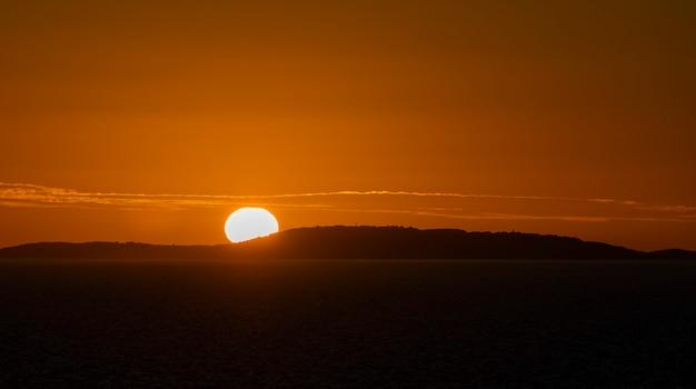 Pôr do sol no mar. vista do mar, mar azul. tempo calmo. vista do navio de carga.