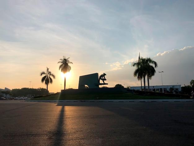 Pôr do sol no monumento do garimpeiro localizado na praça do centro cívico brasil