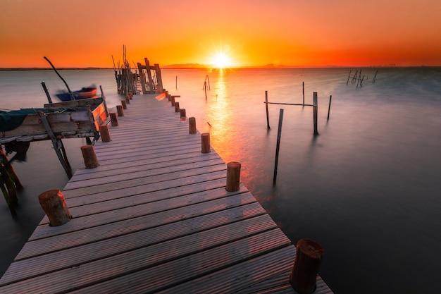 Pôr do sol no porto marítimo palafítico da carrasqueira