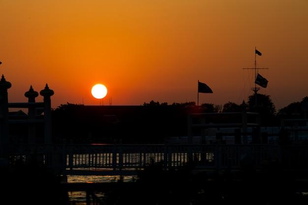 Pôr do sol no rio de banguecoque