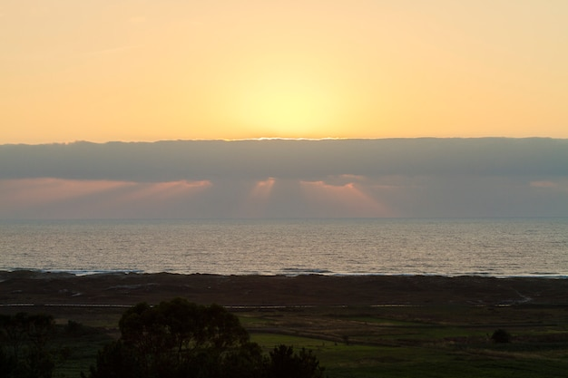 Pôr do sol no sopé da costa