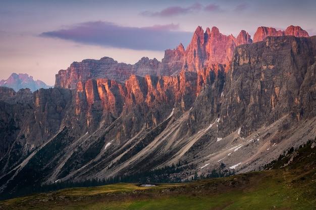 Pôr do sol no verão na natureza nas dolomitas, itália