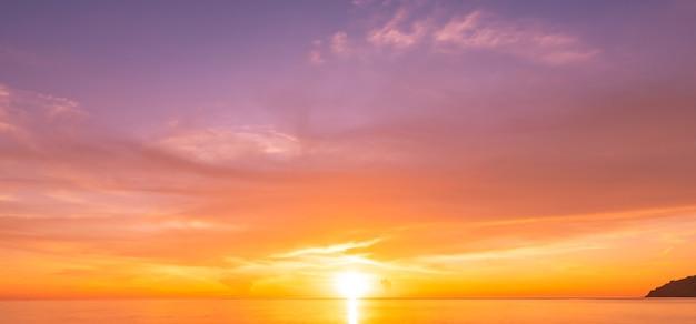 Pôr do sol ou nascer do sol sobre o mar com reflexo no mar