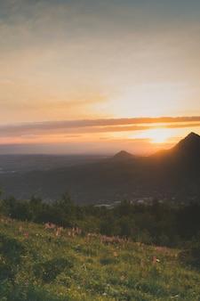 Pôr do sol. paisagem das montanhas do cume, nascer do sol do céu, fundo da natureza. parque nacional
