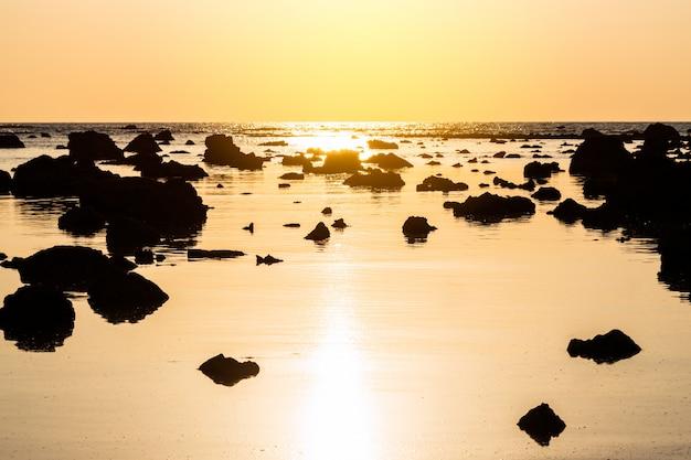 Pôr do sol paisagem em cape coral no mar de andaman em phang nga, sul da tailândia