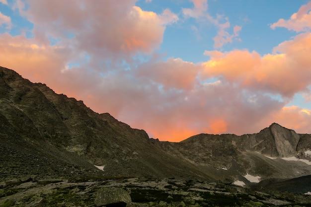 Por do sol pitoresco acima do cume das montanhas no vale de akchan. montanhas altai. rússia