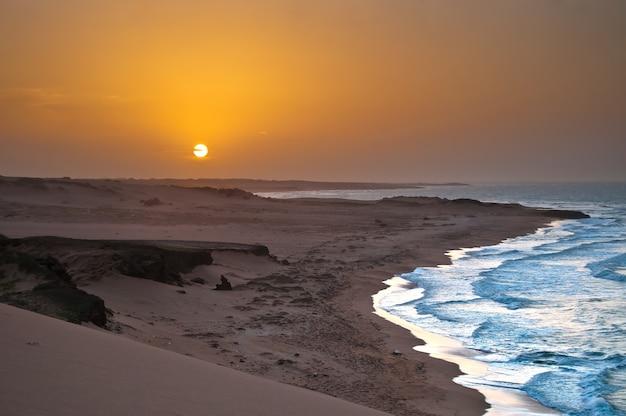 Pôr do sol praia caribenha colômbia