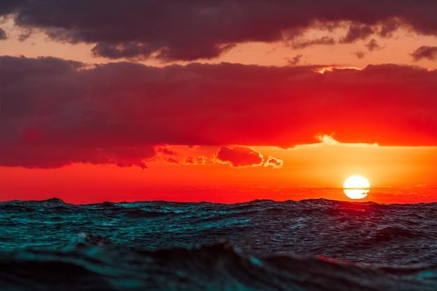 Pôr do sol quente e romântico sobre o mar báltico. paisagem calma