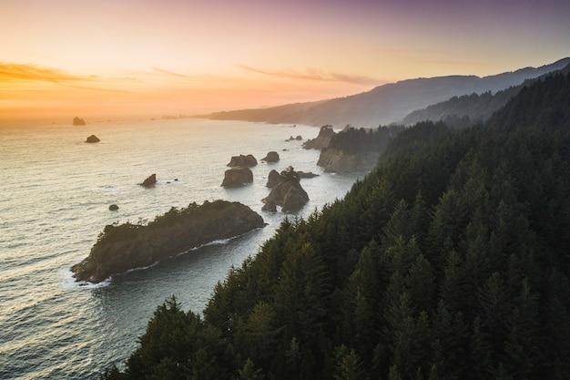 Pôr do sol rosa na costa oeste da américa
