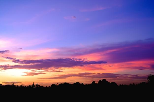 Pôr do sol roxo ao entardecer. céu noturno