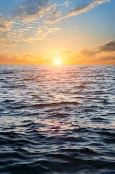 Pôr do sol sobre a água. céu com nuvens.