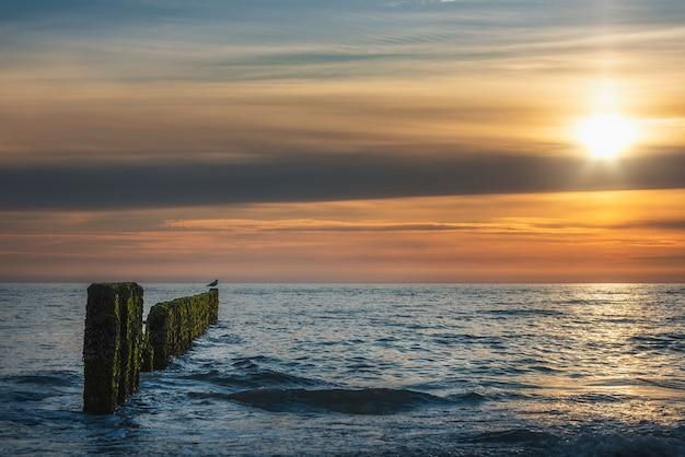 Pôr do sol sobre a água no mar de wadden, na ilha de sylt
