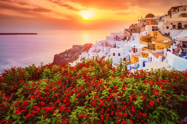 Pôr do sol sobre a cidade de oia, na ilha de santorini, no verão, santorini, grécia