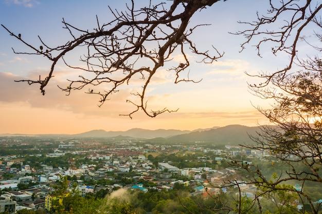 Pôr do sol sobre a cidade na temporada de verão. em phuket, tailândia.