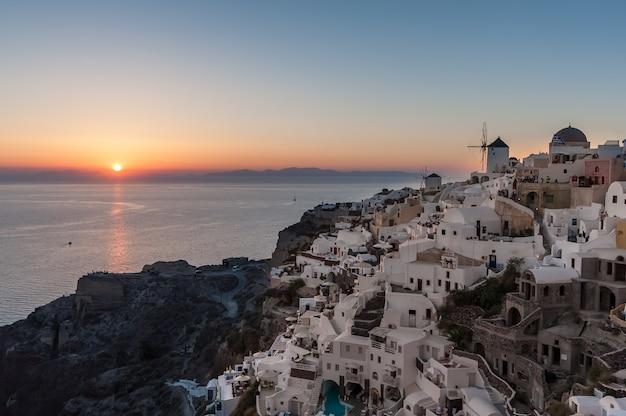 Pôr do sol sobre a vila de oia em santorini