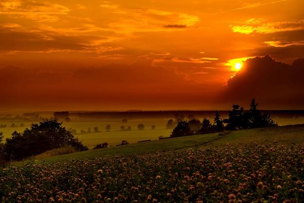 Pôr do sol sobre as colinas da baviera