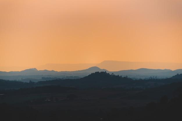 Pôr do sol sobre as montanhas tropicais, cena de paisagem natureza