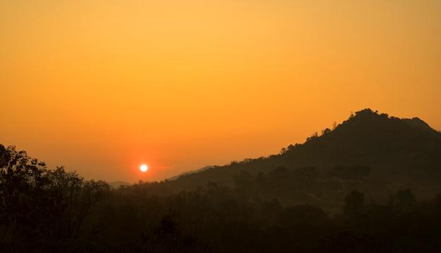 Pôr do sol sobre montanhas