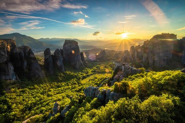 Pôr do sol sobre mosteiros de meteoros