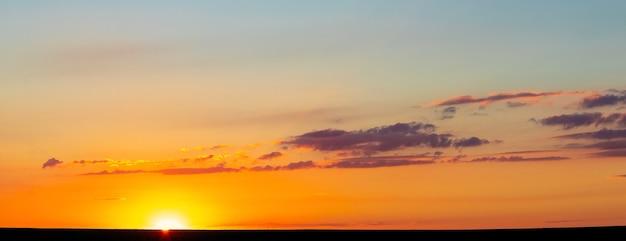 Pôr do sol sobre o campo, céu noturno pitoresco