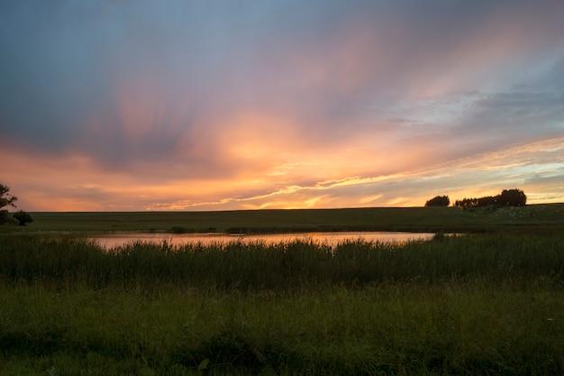 Pôr do sol sobre o lago. bela paisagem natural.