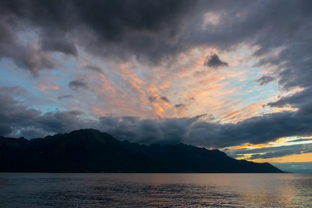 Pôr do sol sobre o lago genebra em montreux