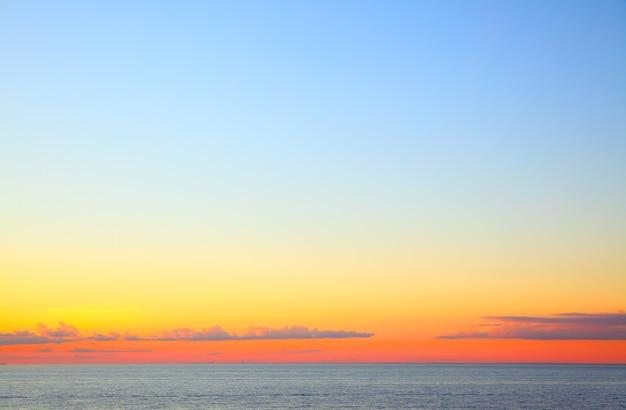 Pôr do sol sobre o mar báltico - bela vista do mar com o horizonte do mar e céu colorido e nuvens. composição de copyspace