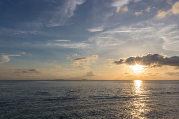 Pôr do sol sobre o mar com o céu azul