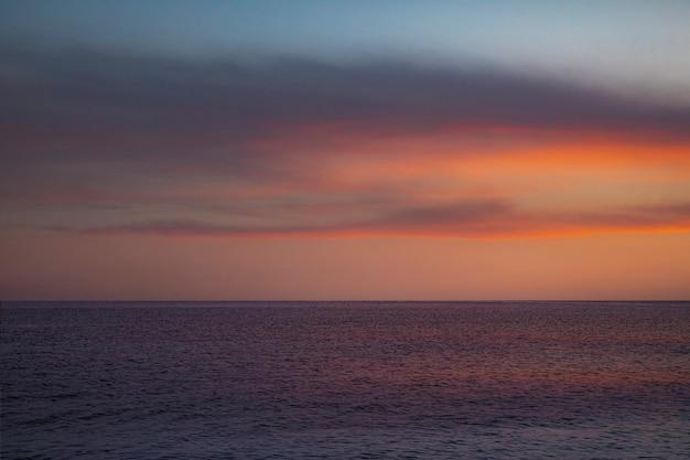 Pôr do sol sobre o mar com um lindo céu